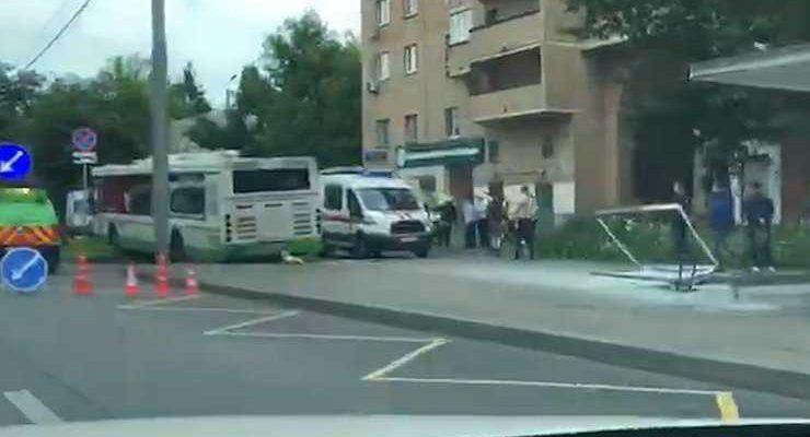 Водитель московского автобуса, убившего человека на остановке, путала педали