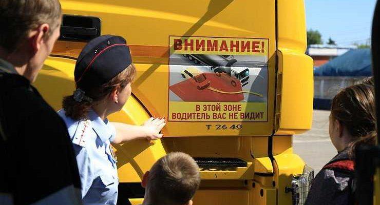 Зачем дальнобойщики прикручивают к кабинам своих грузовиков фаллоимитаторы